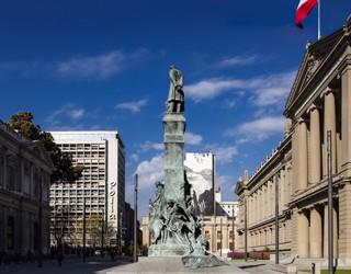 Plaza Tribunales en Archdaily.